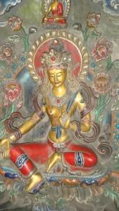 Bodhisattva femminile, nella caratteristica posa dei bodhisattva, seduta con una gamba ripiegata sotto le anche e una che poggia a terra.