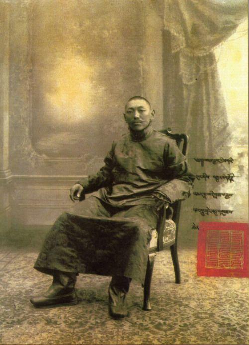 Il 13° Dalai Lama, Thubten Gyatso, in una fotografia ufficiale.