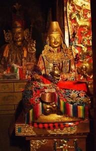 Questa statua raffigurante Padmasambhava si trova proprio al Monastero Buddhista di Samye, il più antico del Tibet, fondato nell'VIII secolo e che lui stesso contribuì a costruire